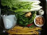 粉皮(板状の春雨で、緑豆のでんぷんで作られている)、腐竹(湯葉)、大蒜、葱、開洋(干し蝦)、香菜、杭州白菜(白菜の一種)、醤鴨