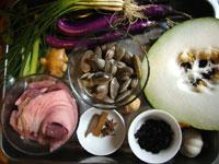 蹄膀(豚の腕の付け根の肉)、桂皮、八角、プーアール茶、生姜、大蒜、葱、茄子、豚肉、冬瓜、蛤蜊(貝)
