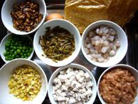 蝦仁、栗子、芋頭、青豆(グリンピース)、豚肉、鶏蛋(鶏卵)、豆腐皮、紅豆(小豆)、紅棗、氷糖、生姜