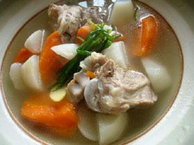 蘿蔔骨頭湯(ニンジンと大根とゲンコツのスープ)