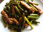大排骨炒蒜苗(ニンニクの芽と豚の背中の骨付き肉の炒めもの)