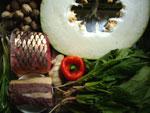 青魚、[朶リ]椒(生の唐辛子や大蒜を包丁で叩いて黒胡麻、砂糖、塩、胡麻油でつくった調味料)、菠菜(ほうれん草)、冬瓜、草�、葱、生姜