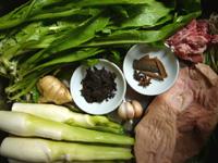猪肚(豚の胃袋)、八角、桂皮、プーアル青磚茶90年代、菰菜(マコモダケ)、葱、油麦菜、排骨(骨付き豚リブ肉)葱、生姜