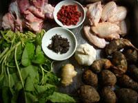 鶏膀(手羽先)、生姜、枸杞(クコの実)、日本酒、プーアル方磚茶80年代、芋頭(里芋)、蹄膀(豚の腕の付け根肉)、葱、空心菜、大蒜