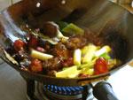 豆板醤と薬味セットと白葱を炒める