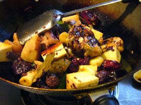 里芋と麻辣火鍋の薬味セットを炒める