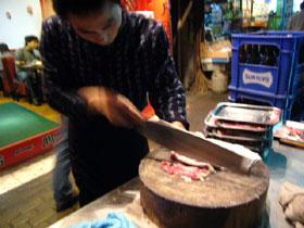 火鍋の具の羊肉を薄切りにする
