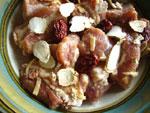 豚のスペアリブに片栗粉をまぶして、人参の薄切り、生姜、葱、紅棗、クコ、塩、醤油、黄酒(紹興酒)をふりかけて、器ごと蒸す。