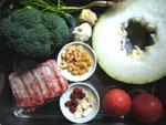 助排(豚スペアリブ)、白人参(朝鮮人参)、紅棗、紅棗(なつめ)、枸杞(クコの実)、生姜、葱、西蘭花(ブロッコリー)、大蒜、冬瓜、蕃茄(トマト)