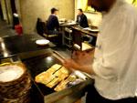 火鍋レストランでインド人がナンを焼いている