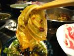 火鍋の具の白菜が唐辛子で赤く染まっている