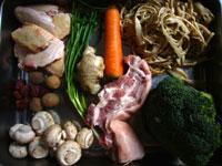 鶏肉(手羽元)、生姜、葱、水筍(タケノコ)、西蘭花(ブロッコリー)、大蒜、蘑�(マッシュルーム)、胡蘿蔔(ニンジン)など