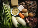 蝦、葱、生姜、松子(松の実)、肥肉(豚の脂肪肉)、香菜、水芹菜、豆干、胡蘿蔔(ニンジン)、白蘿蔔(大根)、骨頭(豚骨)、食パン