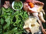 冬虫夏草、鶏、生姜、葱、紅棗、臭豆腐、蓬蒿菜(春菊