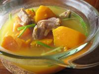 咸排骨南瓜湯(塩漬け豚の骨付き干し肉とカボチャのスープ)