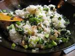 炊き上がったご飯と咸肉を混ぜる