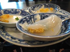 米粉を小皿ごと蒸して、揚げた干し蝦?が乗せられる
