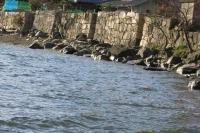 01掲載 城壁を思わせる海津の石垣.jpg