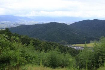 06観音寺城から見た箕作山城(山頂の鉄塔).JPG