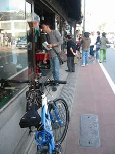 「荻野銅鉄店」とバイク