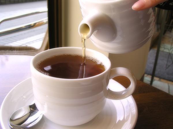 注がれる紅茶