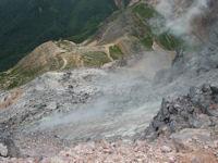 茶臼岳の途中から肩の小屋を見下ろしたところ