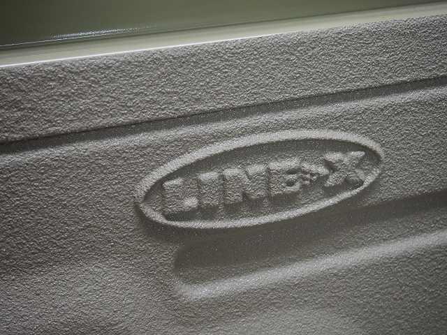 LINE-X塗装を施したランクル70バンパー.jpg