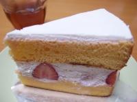 新宿のエキナカで買ったイチゴのケーキ。フツーでした(笑)
