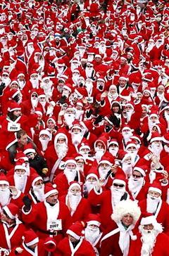 サンタが街にやってきた♪それも、いっぱいやってきた♪(笑)