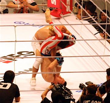 DREAM5宇野薫選手に三角絞めを決める青木真也選手