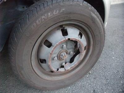 タイヤ破損 ロードサービス スペアタイヤ 高速道路事故 1