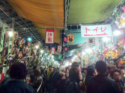 浅草酉の市では長國寺の「仏様のおとりさま」と、お隣の鷲神社の「神様のおとりさま」の両方からご利益を頂けますから大きく来年の福をかっ込んで下さい。かっこめ熊手守り3.jpg