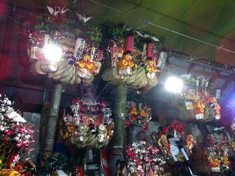 浅草酉の市では長國寺の「仏様のおとりさま」と、お隣の鷲神社の「神様のおとりさま」の両方からご利益を頂けますから大きく来年の福をかっ込んで下さい。かっこめ熊手守り4.jpg