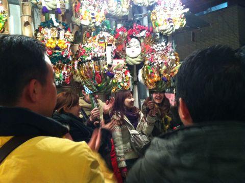 浅草酉の市では長國寺の「仏様のおとりさま」と、お隣の鷲神社の「神様のおとりさま」の両方からご利益を頂けますから大きく来年の福をかっ込んで下さい。かっこめ熊手守り6.jpg