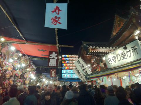 浅草酉の市では長國寺の「仏様のおとりさま」と、お隣の鷲神社の「神様のおとりさま」の両方からご利益を頂けますから大きく来年の福をかっ込んで下さい。かっこめ熊手守り7.jpg