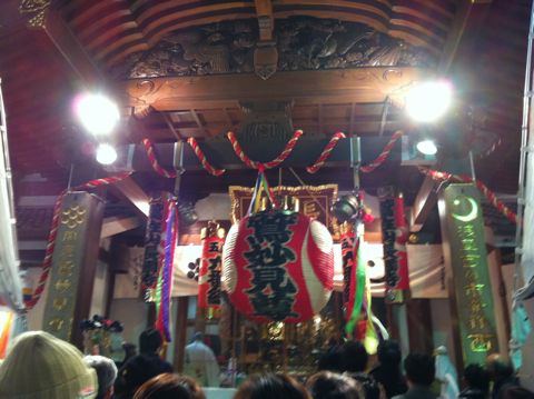 浅草酉の市では長國寺の「仏様のおとりさま」と、お隣の鷲神社の「神様のおとりさま」の両方からご利益を頂けますから大きく来年の福をかっ込んで下さい。かっこめ熊手守り8.jpg