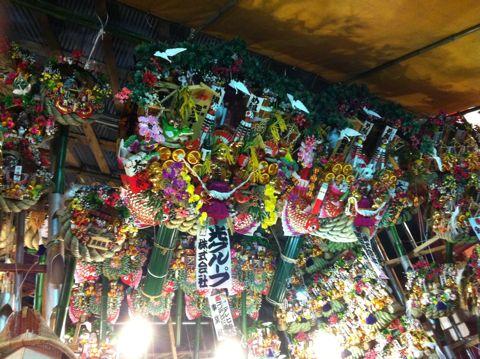 浅草酉の市では長國寺の「仏様のおとりさま」と、お隣の鷲神社の「神様のおとりさま」の両方からご利益を頂けますから大きく来年の福をかっ込んで下さい。かっこめ熊手守り12.jpg