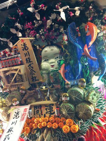 浅草酉の市では長國寺の「仏様のおとりさま」と、お隣の鷲神社の「神様のおとりさま」の両方からご利益を頂けますから大きく来年の福をかっ込んで下さい。かっこめ熊手守り15.jpg