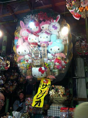 浅草酉の市では長國寺の「仏様のおとりさま」と、お隣の鷲神社の「神様のおとりさま」の両方からご利益を頂けますから大きく来年の福をかっ込んで下さい。かっこめ熊手守り16.jpg
