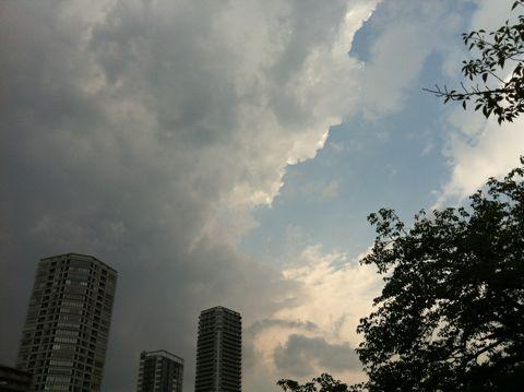 【東京地方】今夜は、雨で夜遅くには曇りとなりますが、夜遅くまで雷雨となる所があるでしょう。明日は、曇りで朝晩を中心に雨の降る所がある見込みです。1.jpg