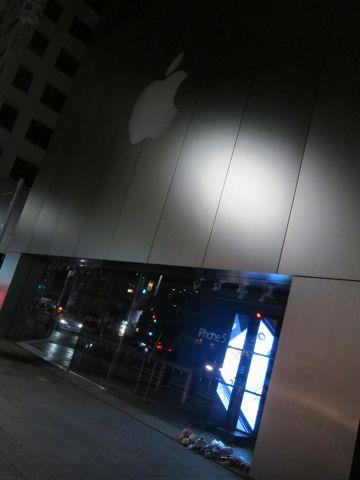 Steve Jobs 1955-2011スティーブ・ジョブスAppleは先見と創造性に満ちた天才を失いました。世界は一人の素晴らしい人物を失いました。2011年10月6日スティーブ・ジョブス氏逝去a.jpg