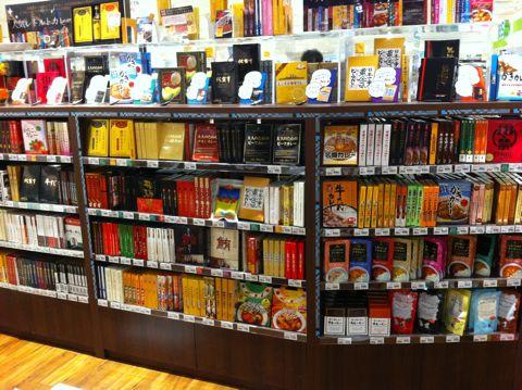 カレー レトルトカレー カレーの本棚 大人のためのビーフカレー かきカレー メロンカレー いちごのカレー 牛たんカレー レトルトカレーのいっぱい置いてあるお店.jpg