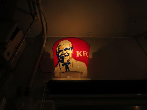 電気工事 電気スイッチ 工事 修理 東京 街の設備屋24 ストアディスプレイ ライト KFC ケンタッキーフライドチキン カーネルサンダース 店舗実使用ライト 1.jpg