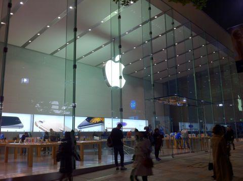 アップルストア表参道 Apple Store - Omotesando iPhone6 iPhone6PLUS iPhone 6 iPhone 6 PLUS 発売日 新機能 予約 価格 値段 iPad Air 2 iPad mini 3 発表 ジョブズ サイズ 比較.jpg