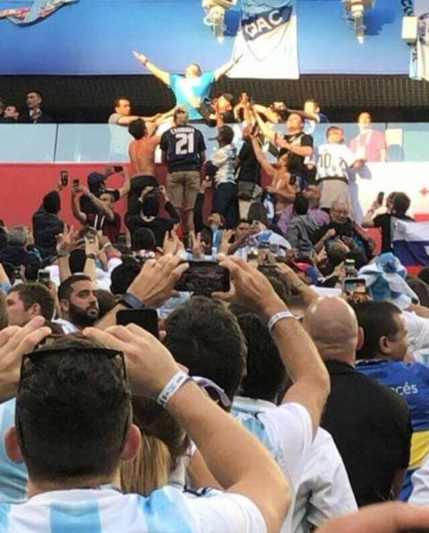 マラドーナ ワールドカップ2018 予選 アルゼンチン対ナイジェリア 奇跡の勝利 VIP席 興奮 ダウン 中指 観戦姿 画像 アルゼンチン W杯 サッカー 2018 FIFA ワールドカップ 2018 WORLD CUP RUSSIA _ 2.jpg