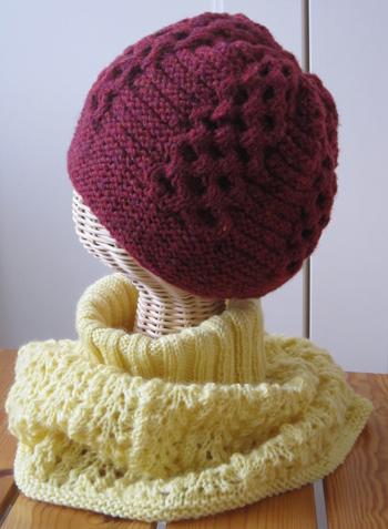 ラズベリー色の帽子と黄色いcowl