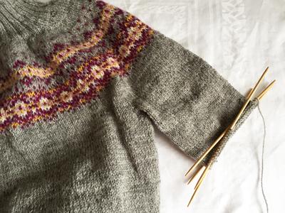 Aamuは袖を編んでいます