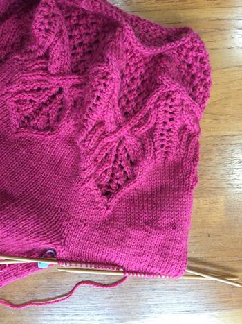 袖編んでます