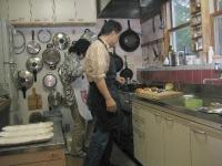 すぐ使えるように壁にかかってる鍋々・・使いやすい台所です。
