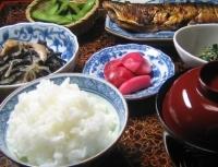 今晩のおかずはさんまのモロミ焼き、ひじきのお煮しめ、枝豆、おひたし、赤カブの酢漬け